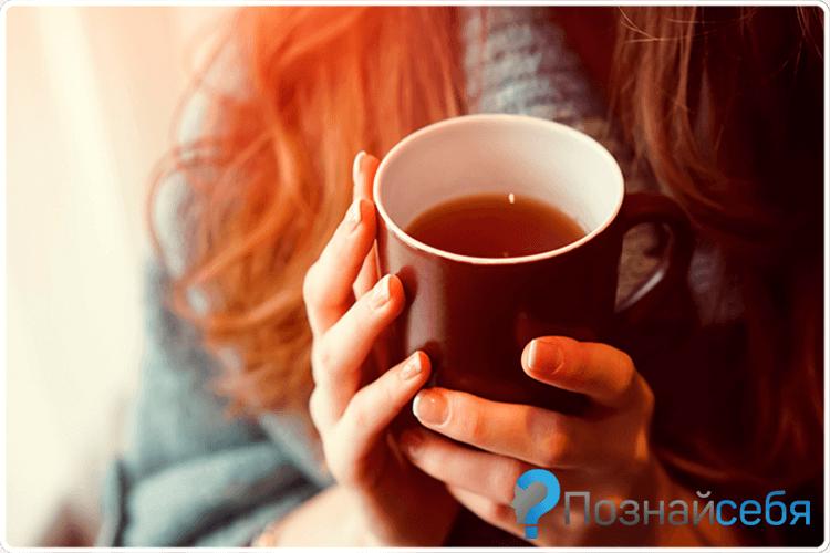 кружка чая в руках